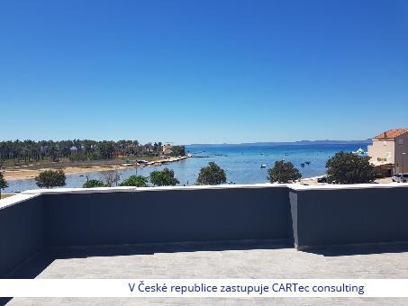 PRIVLAKA - Podkrovní byt v novostavbě se střešní terasou - 50 m od moře